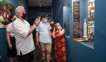 Mónus József távlövő íjait csodálják a látogatók. Fotó: Keppel Ákos